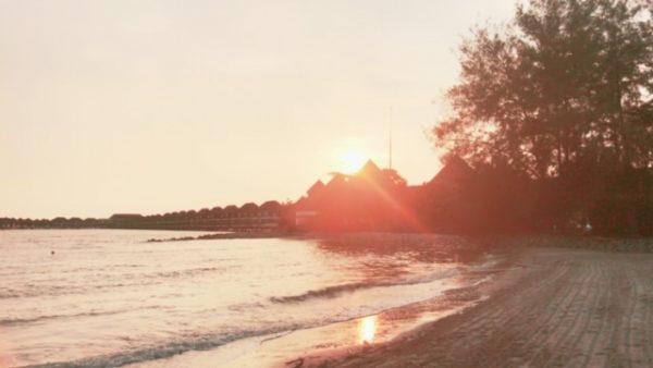 マラッカ海峡の夕日 水上コテージ