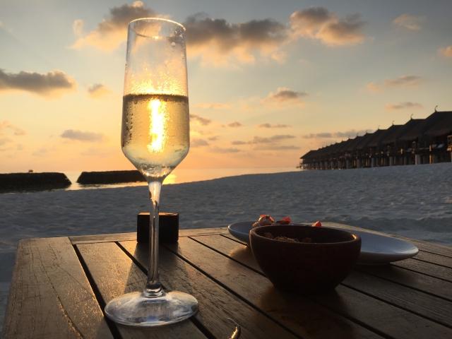 お酒とビーチ
