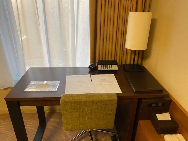 京王プラザホテル客室デスク